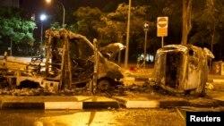 Xe cộ bị đốt cháy sau vụ bạo loạn tại khu vực Little India.
