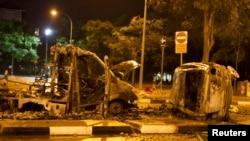 Kendaraan-kendaraan hangus dibakar di Race Course Road, kawasan Little India di Singapura, Senin (9/12).