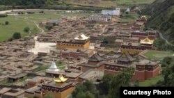 Biara Choparshing di provinsi Gansu, China, tempat seorang ibu Tibet membakar dirinya dalam aksi protes.