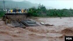 4일 초강력 허리케인 '매튜'의 영향으로 도로가 유실된 아이티 서부지역 현장.