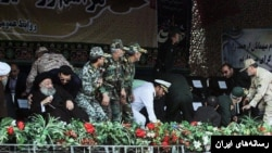 لحظاتی بعد از حمله به رژه اهواز، مقامات در جایگاه ویژه سعی در فرار دارند. روحانی سمت چپ، محمدعلی موسوی جزایری نماینده خامنهای است.