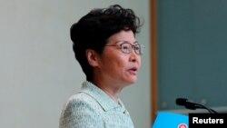 香港特首林鄭月娥手持她的年度政策文本在記者會上講話。 (2019年10月15日)