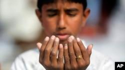 Daya daga cikin mutanenda suka halarci wan nan sallar Jama'a a Bangladesh.