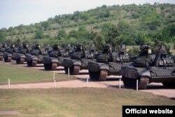 Tenkovi T-72MS, koje je Rusija donirala Srbiji zajedno sa oklopnim transporetima BRDM-2MS u vrednosti od 75 miliona evra, predstavljeni su javnosti u kasarni Vojske Srbije u Nišu, 23. maja 2021. (Foto: Zvanični sajt Ministarstva odbrane Republike Srbije)