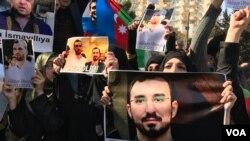 """Nümayişçilər üzərində """"Taleh Bağırzadəyə azadlıq!"""" yazılmış plakatlarla"""
