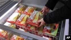 지난달 프랑스 남동부 식품가게에서 냉동 소고기를 고르고 있는 소비자.