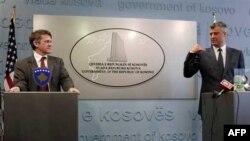 Zamenik pomoćnika državnog sekretara Tomas Kantrimen i premijer Kosova Hašim Tači na konferenciji za novinare u Prištini
