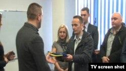Član DPK-a dostavlja zastavu rukovodstvu opštine Gračanica, 16. februar 2015.