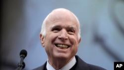 Senateri John McCain, ahabwa umudari w'abaharaniye ubwigende kw'isi. Umudari utangwa buri mwaka. Philadelphia, itariki 16/10/2017.