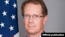 La embajada de EE.UU. en Honduras, bajo la dirección del diplomático James D. Nealon instó al gobierno hondureño a investigar a fondo el asesinato de René Martínez.
