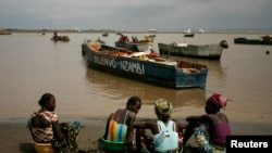 Vendedoras de peixe na praia de Lombolombo em Cabinda