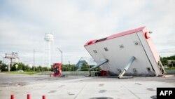 Atap pompa bensin di Inlet Beach, Florida, roboh akibat diterjang Badai Michael, 11 Oktober 2018.