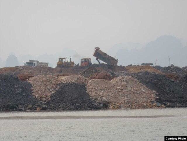 Hàng chục xe tải hạng nặng cùng các thiết bị thi công cơ giới đang ngày đêm gấp rút đổ hàng triệu m3 đất đá xuống vùng đệm của di sản Vịnh Hạ Long. Ảnh chụp ngày 21/4/2016 trước bến tàu du lịch cũ trên đường Hạ Long, tuyến đường chính chạy ven biển của kh