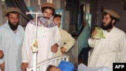 Một bé trai bị thương sau vụ tấn công đang được điều trị tại một bệnh viện ở Miranshah