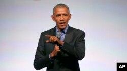 美国前总统奥巴马在芝加哥举行的奥巴马基金会高峰会做闭幕讲话。(2017年11月1日)