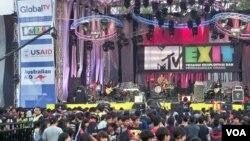 Konser musik MTV EXIT di Bandung, bagian dari kampanye anti perdagangan manusia. (Foto: VOA/R. Teja Wulan)