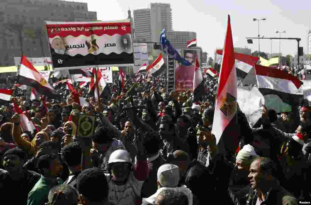 25일 이집트 카이로의 타흐리르 광장에서 무르시 정부 반대를 외치는 시위대.