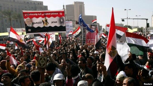 Pengunjuk rasa meneriakkan slogan-slolgan menentang Presiden Morsi di Lapangan Tahrir, Kairo, 25 Januari 2013 .