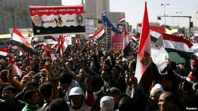 25일 시민혁명 2주년을 맞은 이집트 수도 카이로에서 무르시 정부에 반대하는 시위대.
