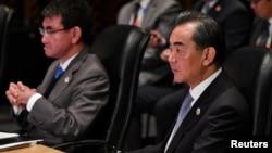 中國外長王毅(右)與日本新上任的外相河野太郎(左)在馬尼拉。