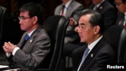 中国外长王毅(右)与日本外相河野太郎(左)。
