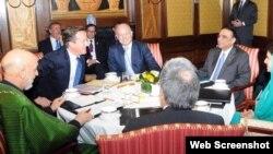 ການພົບປະກັນລະຫວ່າງ ປະທານາທິບໍດີອັຟການິສຖານ ທ່ານ Hamid Karzai (ເສື້ອຄຸມສີຂຽວ ທີ 1 ຈາກຊ້າຍ) ທ່ານ David Cameron (ທີ 2 ຈາກຊ້າຍ) ນາຍົກລັດຖະມົນຕີອັງກິດ, ທ່ານ William Hague ລັດຖະມົນຕີຕ່າງປະເທດອັງກິດ (ກາງ) ແລະປະທານາທິບໍດີປາກິສຖານ ທ່ານ Asif Ali Zardari (ທີ 2 ຈາກຂວາ) ກັບທ່ານນາງລັດຖະມົນຕີຕ່າງປະເທດປາກິສຖານ (ທີ 1 ຈາກຂວາ) ຢູ່ນະຄອນຫລວງ ລອນດອນ ໃນວັນຈັນມື້ນີ້.