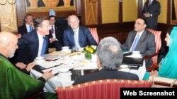 PM Inggris David Cameron (kedua dari kiri) menjadi tuan rumah pembicaraan antara Presiden Afghanistan Hamid Karzai (kiri) dan Presiden Pakistan Asif Ali Zardari (kedua dari kanan) di London hari Senin (4/2).
