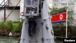 Một nhân viên kiểm tra chiếc tàu Chong Chon Gang mang cờ Bắc Triều Tiên tại cảng Manzanillo ở thành phố Colon, Panama, ngày 16/7/2013.