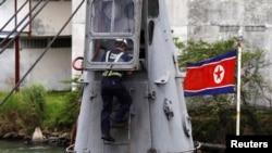 Un trabajador panameño examina el barco de bandera norcoreana Chong Chon Gang, en donde se encontraron armas procedentes de Cuba.
