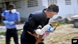 ایک امریکی اہل کار ایک زخمی بچی کو ہسپتال لے جا رہا ہے