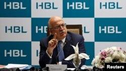 حبیب بینک کے صدر نعمان ڈار کراچی میں ایک نیوز کانفرنس میں گفتگو کر رہے ہیں۔ 29 اگست 2017