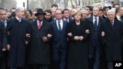 Tổng thống Pháp Francois Hollande và các nhà lãnh đạo từ nhiều quốc gia tham gia cuộc tuần hành biểu dương tinh thần đoàn kết sau các vụ bạo động khủng bố trên các đường phố Paris, ngày 11/1/2015.