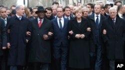 Sejumlah pemimpin dunia saling menautkan tangan membentuk rantai manusia bersama Presiden Hollande dalam demo solidaritas di Paris, Minggu (11/1).