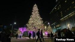 9일 서울 영등포 경방 타임스퀘어 광장의 대형 성탄절 트리. (자료사진)