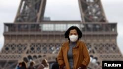 Một khách bộ hành đeo khẩu trang phòng tránh Covid-19 ở Tháp Eiffel, Paris, Pháp (ảnh tư liệu 1/2/2020)