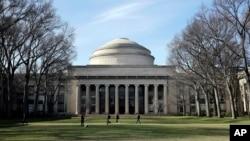 미국 매사추세츠 공과대학교(MIT)의 시그니처인 그레이트 돔 앞을 학생들이 걷고 있다.