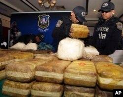 ARSIP – Polisi Thailand menyusun paket sabu-sabu di meja sebelum konferensi pers di Bangkok, Thailand, 15 Februari 2013