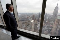 Marc Holliday, Chairman dan CEO SL Green Realty Corp, berdiri di lantai 54 dari menara perkantoran 77 lantai, One Vanderbilt, di Manhattan, New York. 9 September 2020. (Foto: REUTERS/Mike Segar)