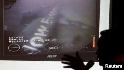 Kepala Basarnas Fransiskus Bambang Soelistyo menunjukkan gambar yang diyakini badan pesawat AirAsia Flight QZ8501, diambil dari bawah laut oleh kapal angkatan laut Singapura, di Jakarta (14/1). (Reuters/Pius Erlangga)