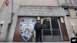 Un agente hace guardia en la puerta de estación policial a la que pertenecía Gilberto Valle, el presunto caníbal.