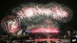 1일 호주 시드니 오페라하우스와 하버브릿지에서 새해맞이 불꽃놀이 행사가 열렸다.