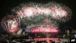 Pháo hoa mừng năm mới tại Sydney, Australia, 1/1/2016.