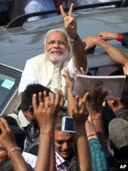 Ông Narendra Modi ra hiệu chiến thắng trước các ủng hộ viên sau khi ông bỏ phiếu ở Ahmadabad, Ấn Độ, 30/4/2014