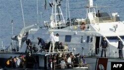 Корабль Береговой охраны Италии перехватил у острова Лампедуза судно с нелагальными иммигрантами из Северной Африки. 13 февраля 2011 года