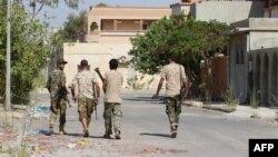 Des combattants des forces du gouvernement d'union nationale (GNA) patrouillent dans les rues de Sirte lors d'une opération contre le groupe Etat islamique, 3 août 2016.