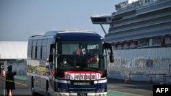 Автобус, транспортирующий в карантин группу пассажиров круизного лайнера Diamond Princess