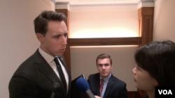 美国参议员霍利在国会大厦内接受美国之音记者采访。(2019年11月13日)