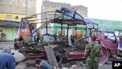 کینیا کے شہر نیروبی میں بم دھماکے سے تباہ ہونے والی ایک منی وی۔ فائل فوٹو