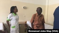 A droite, Gérôme Abanda a retrouvé la vue à l'hôpital des yeux après y avoir été opéré, le 13 janvier 2018. (VOA/Emmanuel Jules Ntap)