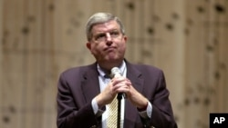 Marvin Hamlisch contemplates the answer to a reporter's question, March 27, 2003.
